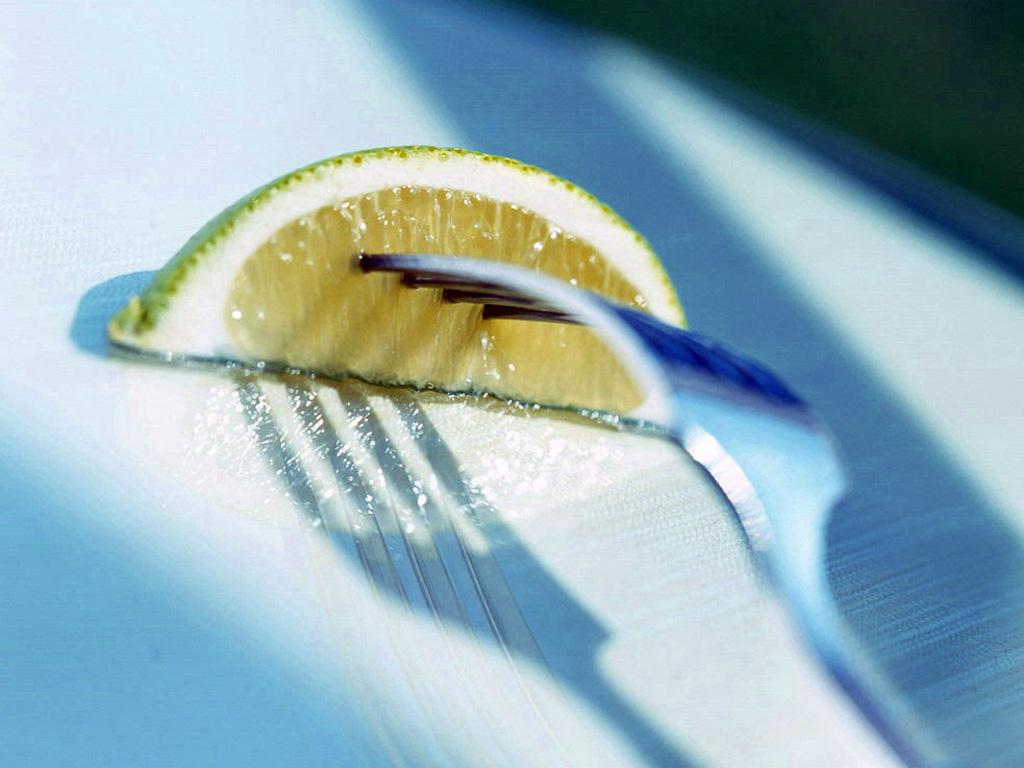 Лимон на вилке